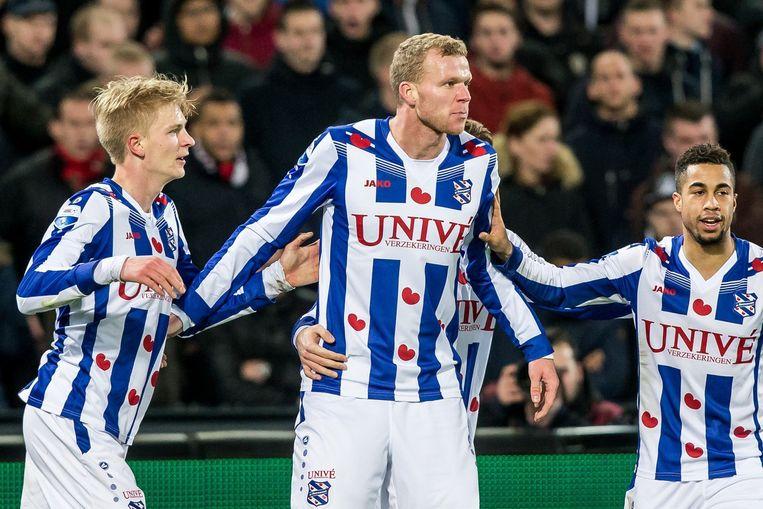 SC Heerenveen speler Henk Veerman (m) scoort de 0-1. Beeld anp