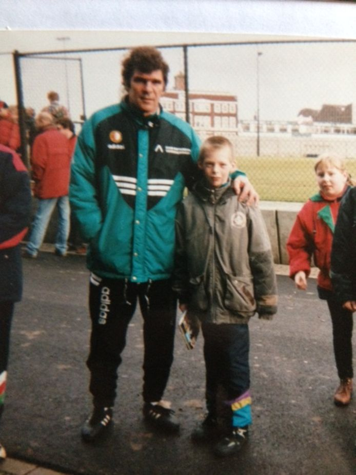 Van Hanegem tijdens de training van Feyenoord met de jonge sportverslaggever Arjan Schouten aan zijn zij