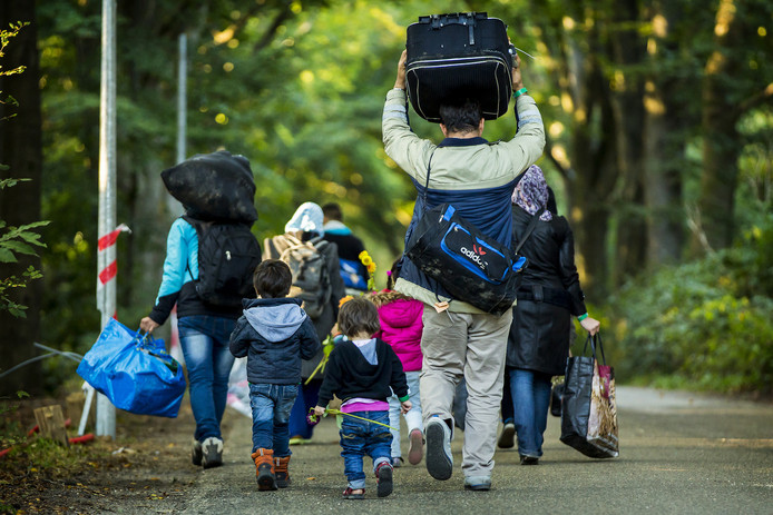 Een kleine groep vluchtelingen verlaat kort na aankomst de noodopvang Heumensoord, omdat ze ontevreden zijn over de geboden voorzieningen. In de paviljoens zijn lange rijen slaapkamers voor acht personen.