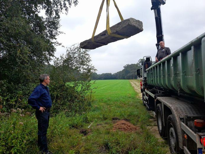 De replica van de paal op de grens Delden - Hengelo hangt in de lucht.