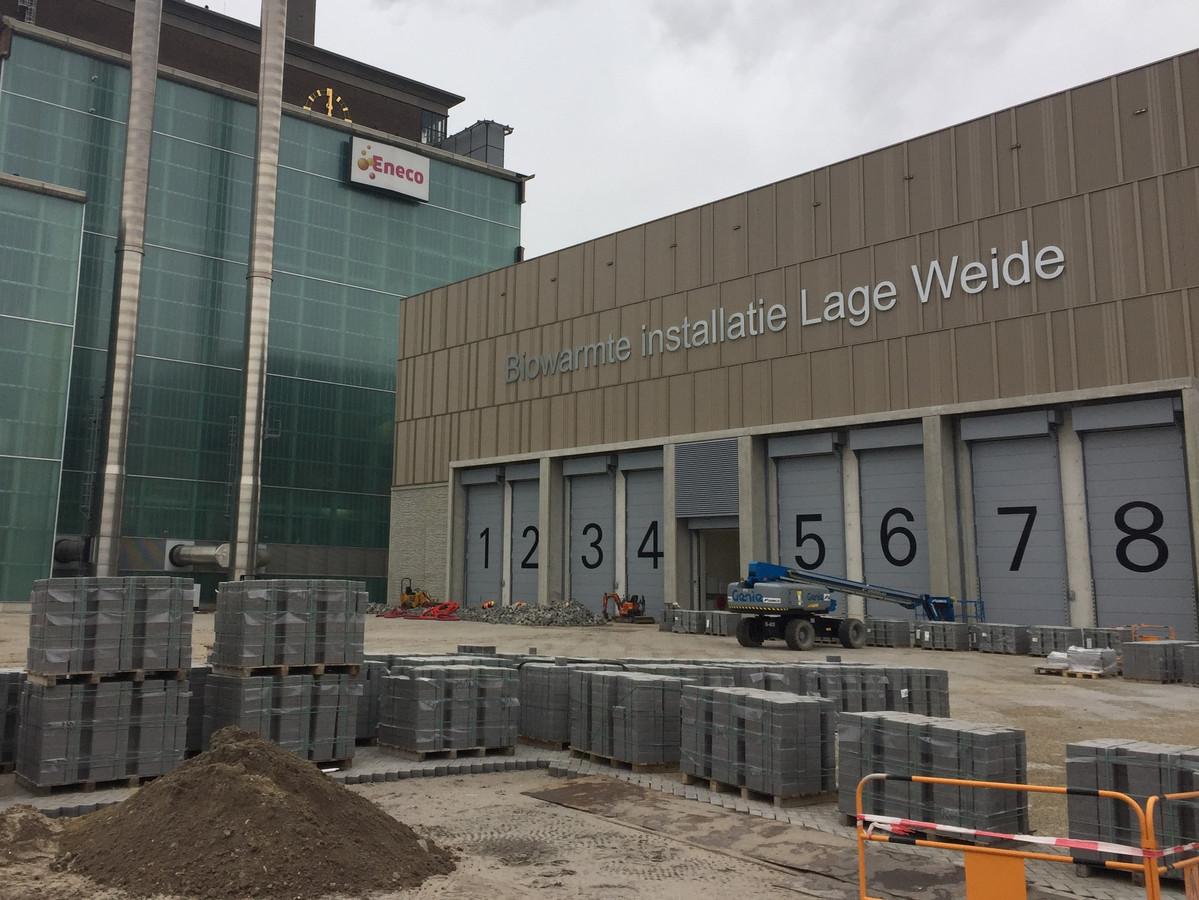 Buiten wordt de laatste hand gelegd aan de biowarmtecentrale van Eneco op Lage Weide in Utrecht.