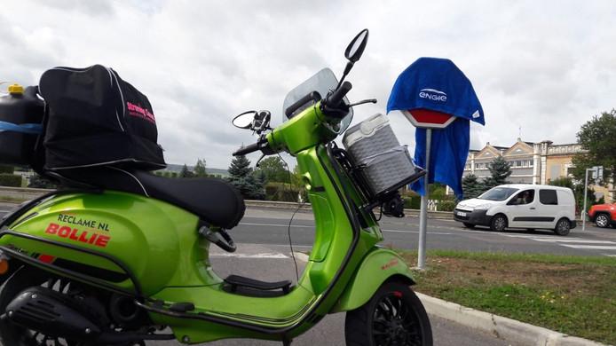 De bepakte scooter van Michon, die momenteel in Lyon verblijft.