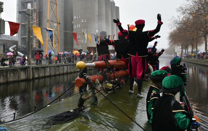 Na een intensieve voorbereiding komt om 13.30 uur de Veghelse haven in zicht.