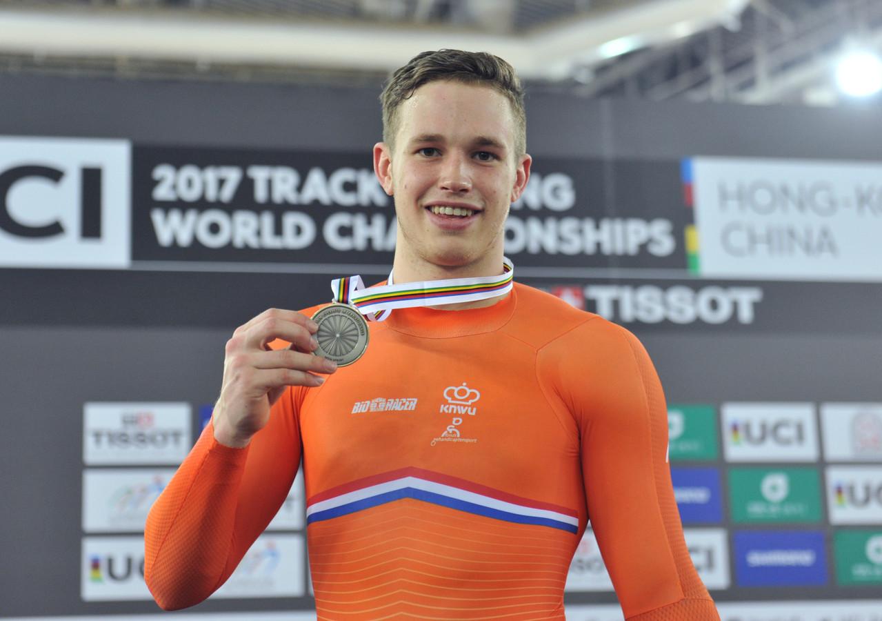 Harrie Lavreysen met zijn zilveren medaille.