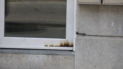 Onbekenden proberen deur in brand te steken