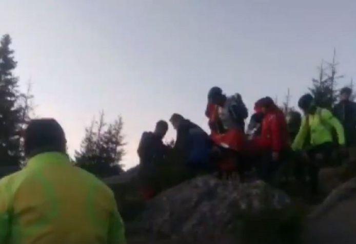 Reddingswerkers moesten het slachtoffer te voet op een brancard naar de dichtstbijzijnde autoweg vervoeren.