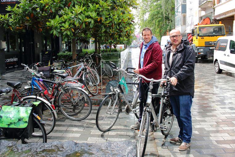 Wanorde in de Stationsstraat door lukraak geparkeerde fietsen. Schepenen Carl Hanssens en Wout De Meester starten er binnenkort een proefproject met 'fietsparkeervakken'.