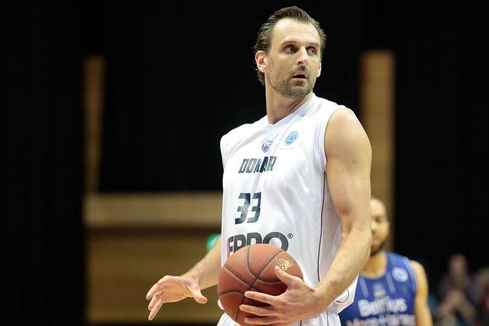 Drago Pasalic in actie tegen het Belgische Mons in de FIBA Europe Cup