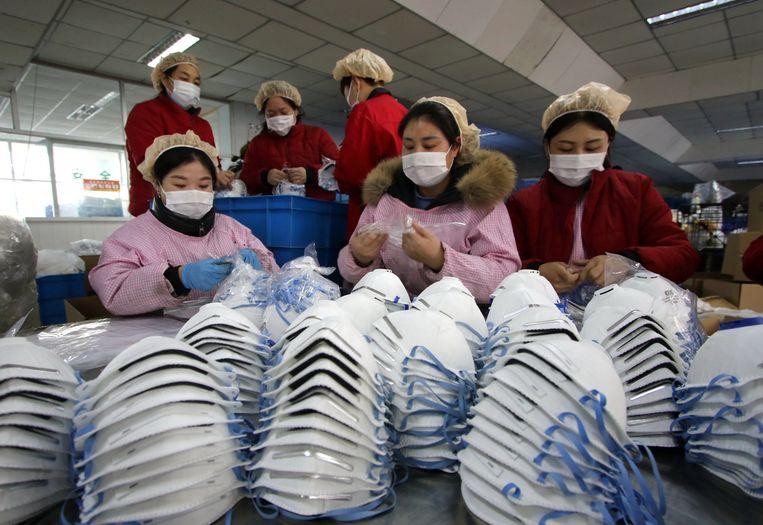 Mondkapjesfabriek in Handan, in de Chinese provincie Hebei. Beeld Foto EPA