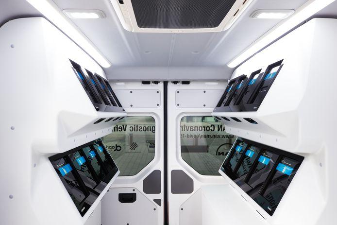 In de bus kunnen 16 tests tegelijkertijd worden geanalyseerd. Na 39 minuten is de uitslag bekend.