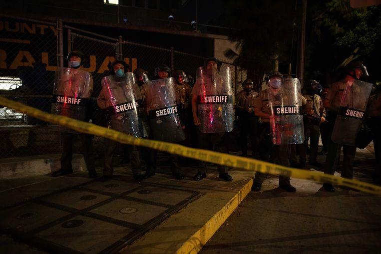 Lokale politietroepen afgelopen nacht in Kenosha, Wisconsin. Beeld EPA