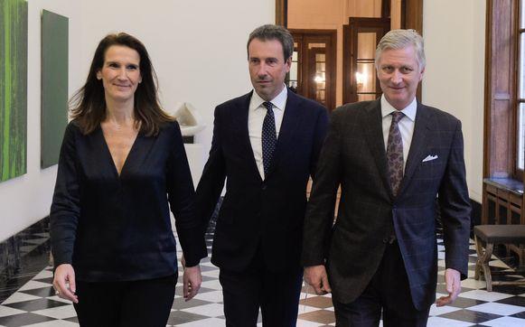 De eedaflegging van Philippe Goffin (midden) als minister van Buitenlandse Zaken en Defensie. Rechts koning Filip en links premier Sophie Wilmès