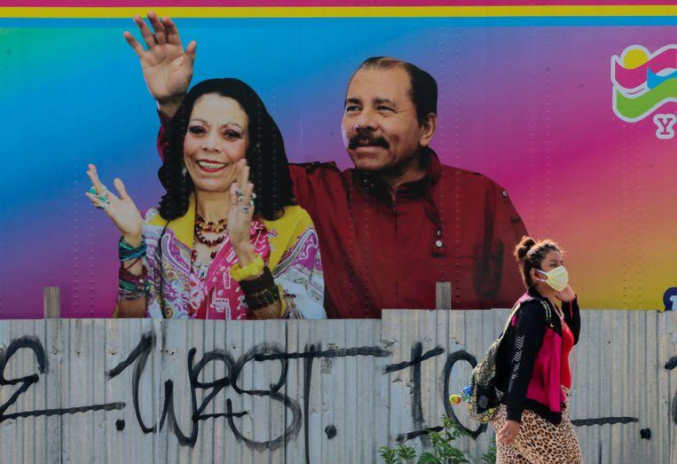 Een poster van de Nicaraguaanse president Daniel Ortega en vicepresident Rosario Murillo in de hoofdstad Managua.  Beeld REUTERS