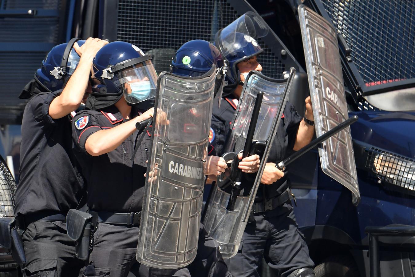 Oproerpolitie wordt belaagd.
