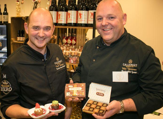 Chocolatier Nick Wauters met zijn Sinterklaaszoenen en chocolatier Wim Vyverman met zijn Sinterklaaspralines.