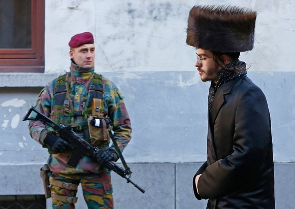 Het aantal militairen op straat wordt in twee fases afgebouwd, eerst tot 180 en dan tot 160.