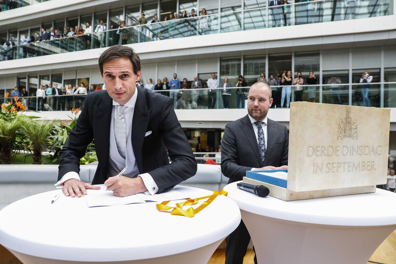 Minister Wopke Hoekstra van Financiën zet op Prinsjesdag zijn handtekening onder de rijksbegroting en miljoenennota.