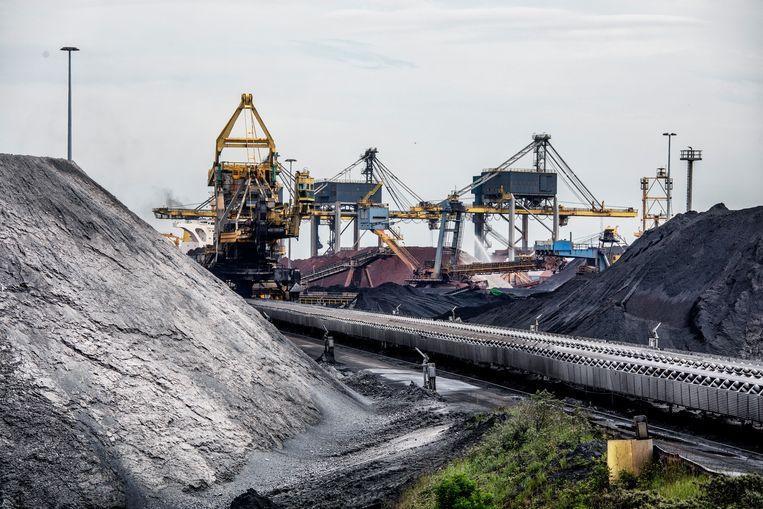 De ruwe grondstoffen bij Tata Steel in Velsen.  Beeld Raymond Rutting / de Volkskrant