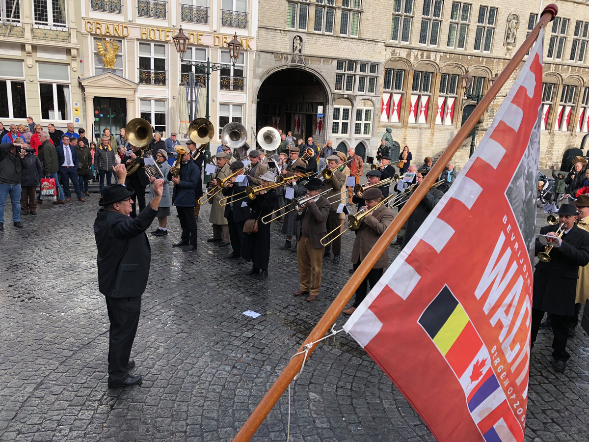 Wachtpost 13 XXXL Bergen op Zoom met links marsleider Peet Bakx.