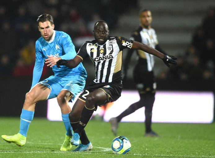 Kevin Strootman in duel met Sada Thioub van SCO Angers.