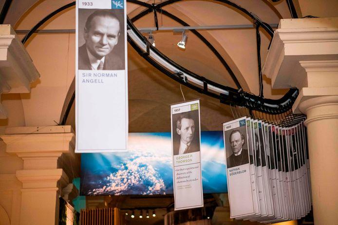 Alle Nobelprijswinnaars op een rijtje in het Nobelprijsmuseum in Stockholm.