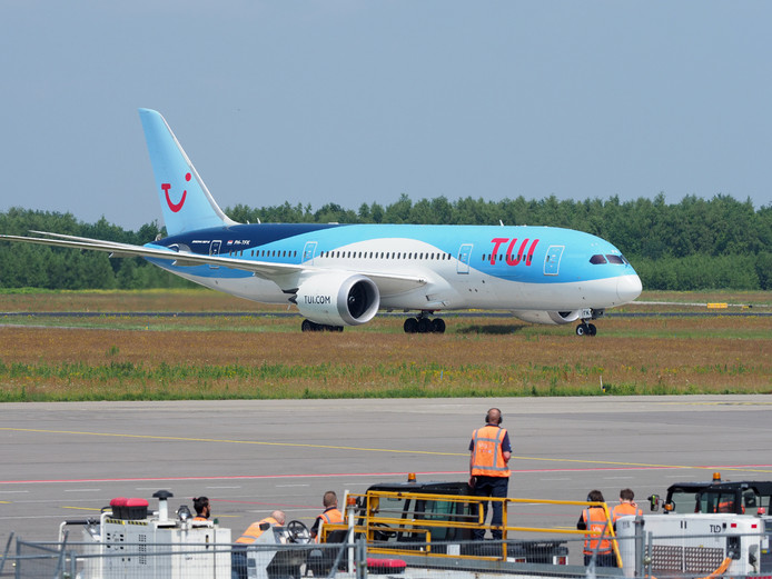 Boeing 787 Dreamliner van TUI op Eindhoven Airport