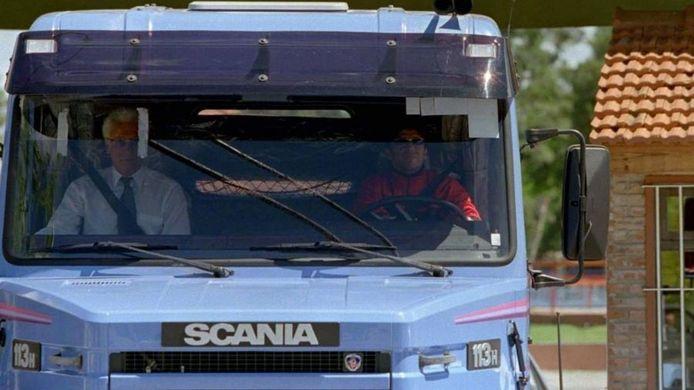 Maradona aan het stuur van zijn vrachtwagen. Zo kon de pers hem alvast geen lastige vragen stellen.