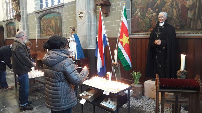 Na afloop van de mis in de Goirkese kerk werden kaarsjes gebrand bij het beeld van Peerke Donders.