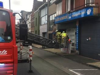 Vrachtwagen rijdt uithangbord handcarwash stuk in Menen