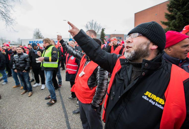 Stakende werknemers van Jumbo komen samen in Woerden.  'Jumbo krijgt veel meer macht.' Beeld ANP