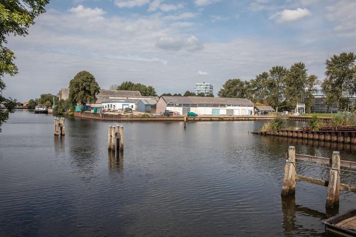 De Zwartewaterlocatie waar horeca, een jachthaven en andere activiteiten ontwikkeld moeten worden. Verderop langs het Zwarte Water komen woningen.