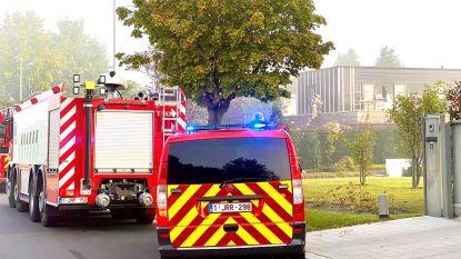 Arbeiders blussen brand aan roofing voor aankomst brandweer