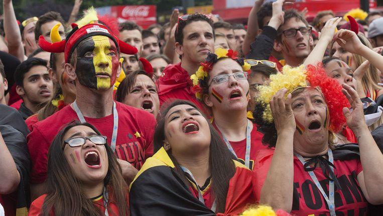 Fans zien de Rode Duivels van de Italianen verliezen. Beeld null