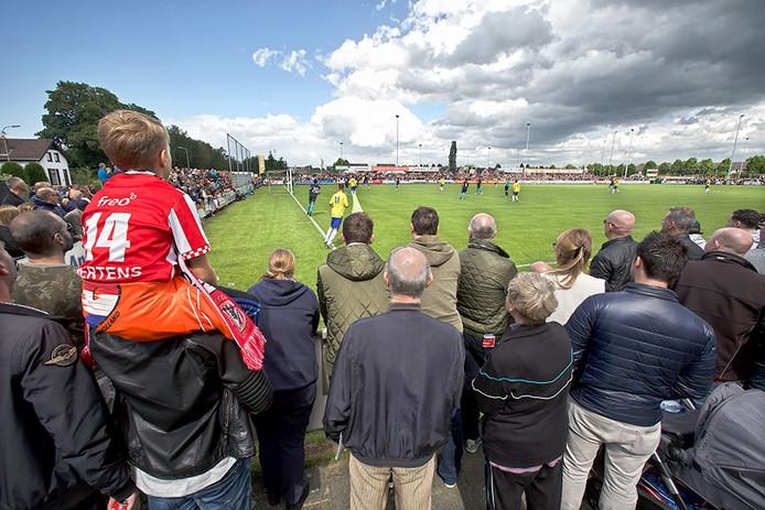 Oefenwedstrijd Dongen tegen PSV in Dongen. Rijen dik stonden de toeschouwers langs het veld,