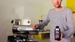 Nicola (31) heeft sapjesfabriek in zijn flat