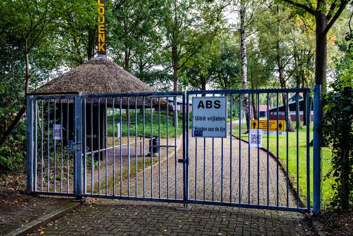 Het hek bij ABS Bathmen is gesloten: er wordt niet gesport de komende weken.