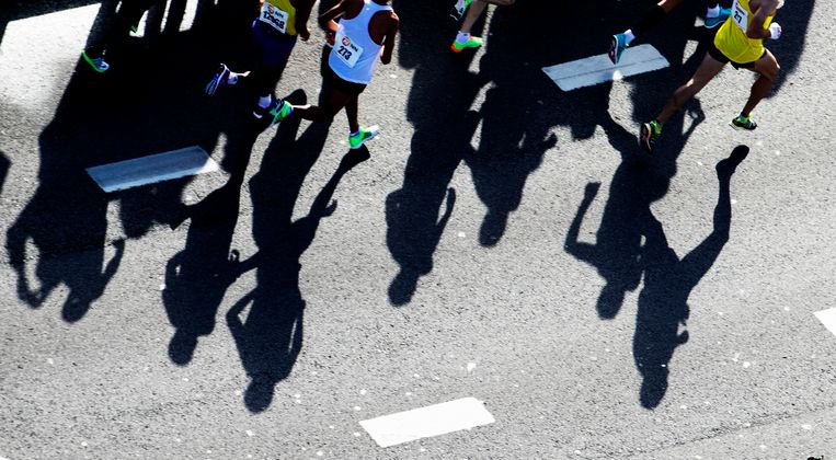 Deelnemers aan de marathon van Rotterdam rennen over de Erasmusbrug. Beeld ANP
