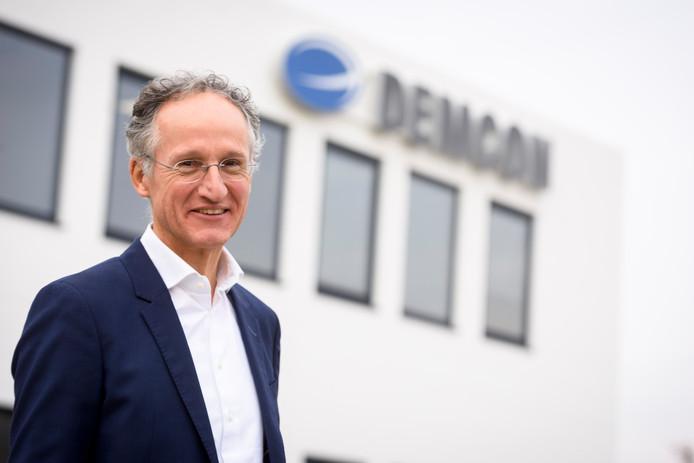 Toon Hermans voor het enorme gebouw van Demcon in Best.