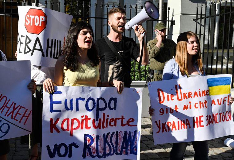 Protesten buiten de Duitse ambassade in Kiev dinsdag tegen de toelating van Rusland in de Parlementaire Vergadering van Europa.  Beeld AFP