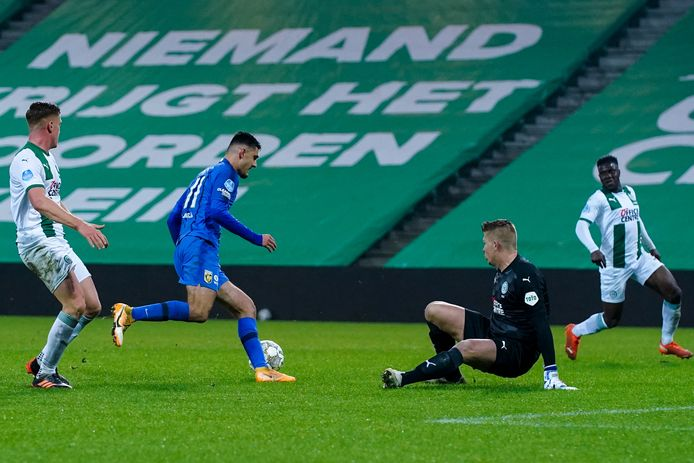 Vitesse-aanvaller Armando Broja omspeelt de vallende doelman Sergio Padt, maar schiet vervolgens over.