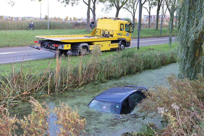 De auto ging bijna kopje onder op het Laaghemaal in Rosmalen.