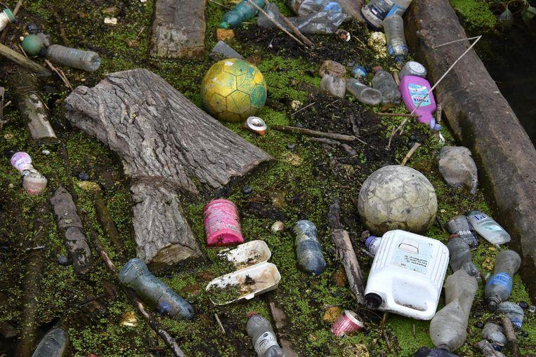 Voetballen, flesjes, blikjes en ander afval in de Gete.