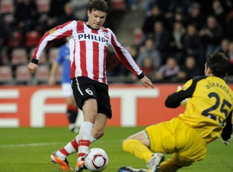 Marcus Berg van PSV in duel met keeper Neil Alexander, tijdens een eerdere confrontatie met de Glasgow Rangers. EPA Beeld