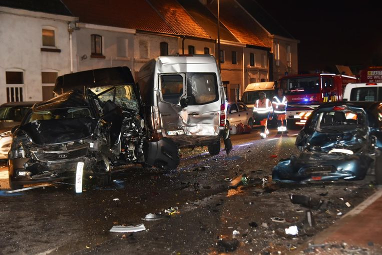 Op de Brusselsesteenweg richtte een chauffeur een ware ravage aan. Hij ramde tien voertuigen en sloeg te voet op de vlucht.