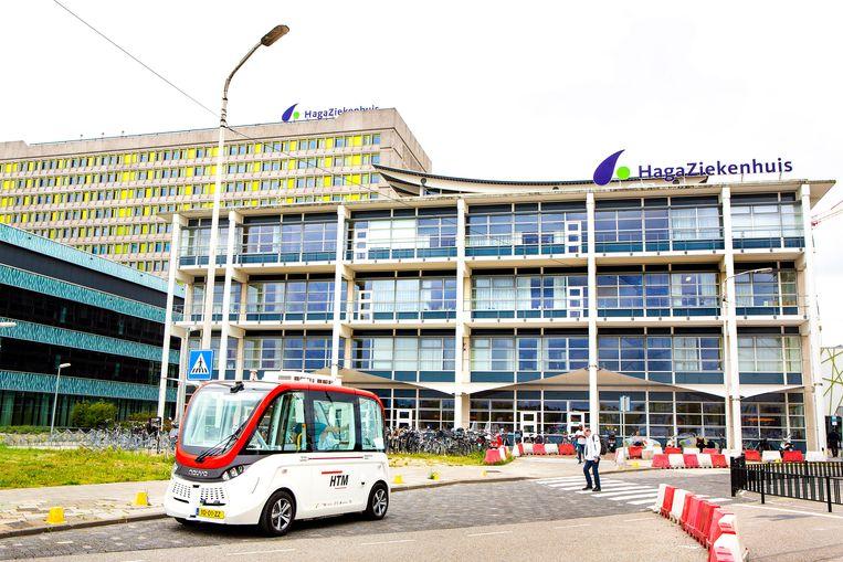 De Hagashuttle is de zelfrijdende shuttle van de HTM die rijdt tussen het Hagaziekenhuis en de bus- en tramhalte op de Leyweg. Zwakken, ouderen of minder valide mensen kunnen deze shuttle kosteloos gebruiken.  Beeld Najib Nafid