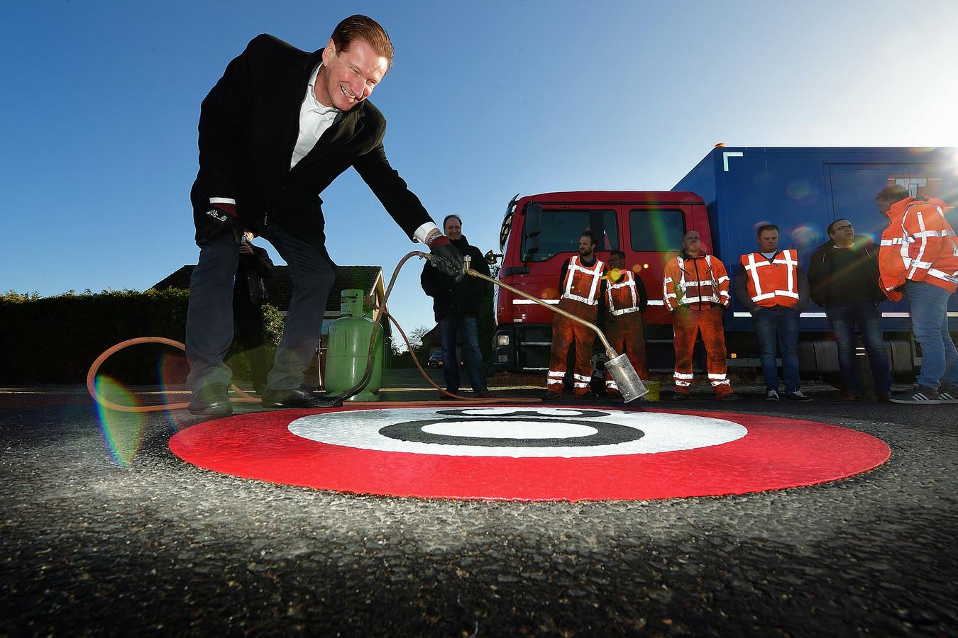 Wethouder Hans de Waal opende vorig jaar de nieuwe doorgaande weg door het inbranden van 30-kilometerzone.