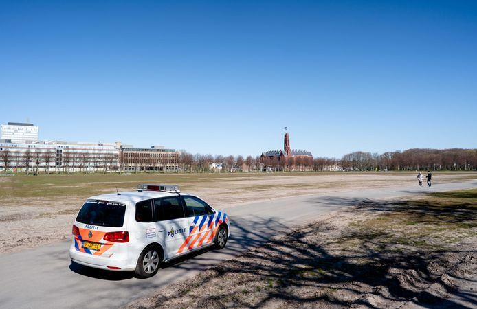Een politiewagen op een vrijwel leeg Malieveld. Taxichauffeurs wilden protesteren omdat ook zij aanspraak willen kunnen maken op de compensatieregeling die bedoeld is voor ondernemers die door de coronacrisis in de problemen zijn gekomen.