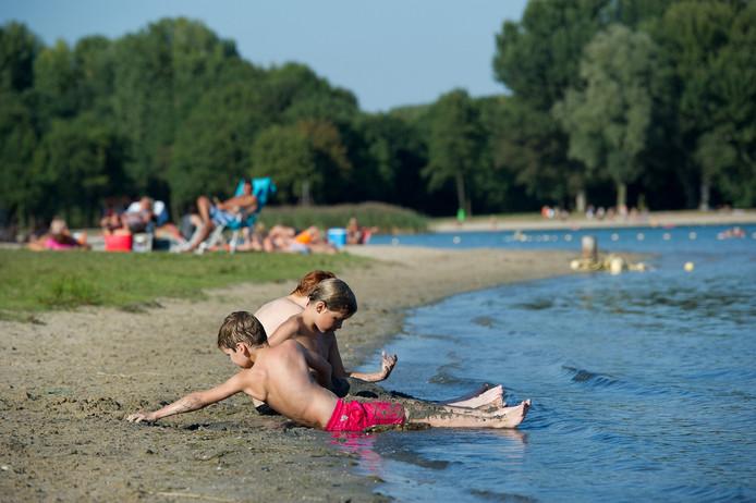 Nu de zwembaden dicht zijn gaan veel mensen om af te koelen naar De Berendonck.