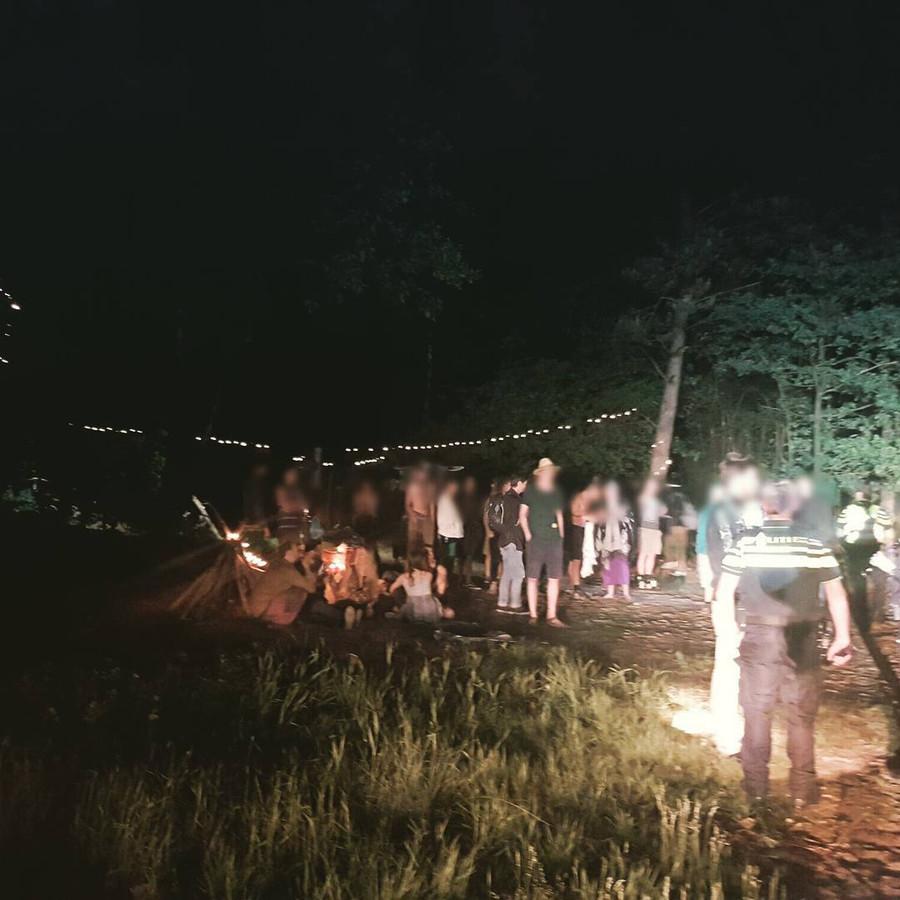 Agenten sturen de feestgangers weg van het illegale bosfeest in Heumensoord.