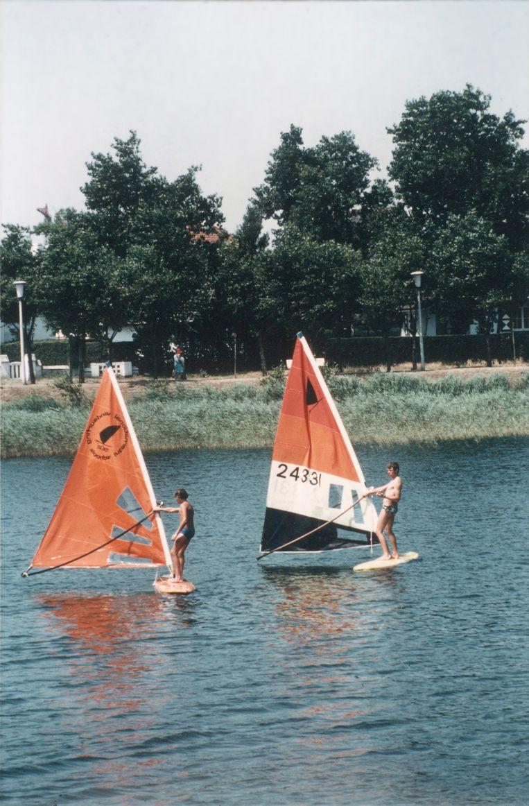 Een foto uit de oude doos: leren surfen op het Zegemeer.